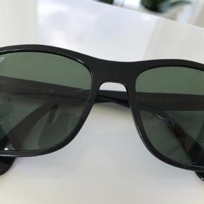 Varetype: Solbriller Størrelse: 57017 Farve: Sort Oprindelig købspris: 1399 kr.  Super lækre Ray-Ban solbriller sælges. De er utrolige lette og behagelige at have på. Model og str: se foto. Jeg har købt dem for store, så aldrig brugt. Kom gerne og prøv, bor tæt ved Nordhavn st. Jeg kan kontaktes på 42422704