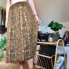 Vintage nederdel  Passes af en str. M - ses på en str. S Ingen tegn på slid  Kan afhentes i Odense M eller sendes med DAO. Bud er velkomne.