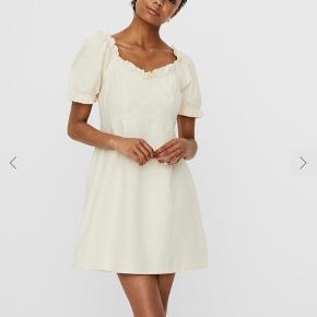 💛Sælger denne dejlige sommer kjole med en smule pufærmer fra vero moda i str. s. Den er kun brugt til denne billede💛