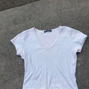 Overvejer at sælge min brandy melville t shirt Købt i 2019, så kan ikke kæbes mere One size, men svarer ca til xs/s Minder lidt om den på sidste billede Byd