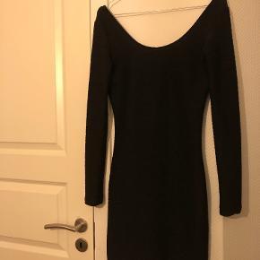 Kjolen er i rigtig fin stand, og kun brugt i lejligheder som nytårsaften og fødselsdag. Den fitter en XS/S.