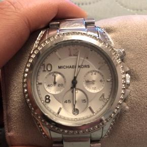 Sælger dette fine ur fra Michael kors, det er i super find stand, med få ridser og brugstegn, som der selvfølgelig kommer helt naturligt.  Byd gerne:)