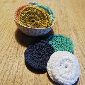 Rondeller lavet af økologisk bomuld, som f.eks. kan bruges til at fjerne make-up. Et fint bæredygtigt alternativ til alm. vatrondeller, da disse kan genbruges ved alm vask af 40 grader 🌿🌿3 stk = 18 kr.  5 stk = 30 kr  10 stk = 50 kr