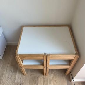 Sælger dette IKEA 'LÄTT' børnebord + 2 børnestole. Det trænger til en rengøring, men kan sagtens blive fin som ny igen.  Befinder sig i Aalborg SV.
