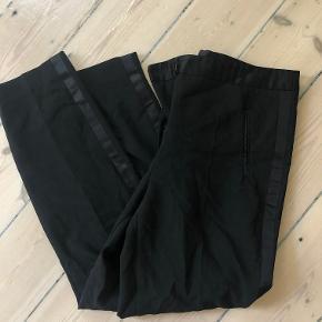 Sælger disse super fede suit-bukser fra Zara, som kun er brugt få gange. Der er en stribe af et silkeagtigt materiale der løber ned langs siderne, og også er i lukningen. Blazer der passer til haves også, hvis man er interesseret. Byd gerne!