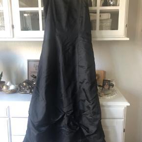 Flot sort lang kjole - brugt en gang.