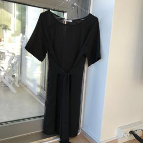 Sød kjole med bindebånd. Kan sagtens bruges over et par jeans.