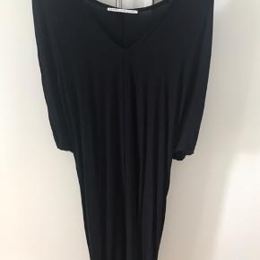 Super fin og helt enkelt kjole med v udskæring . Tryk køb nu hvis den skal være din .