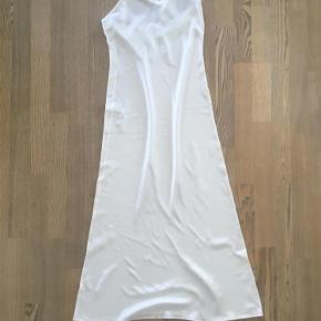 Varetype: 100 % silkenatkjole Farve: råhvid  100 % fed silke. Har fået som gave ,der er ikke oplysning om hvem eller hvor den er fremstillet Har brugt den 2 gange. Er nu for lille