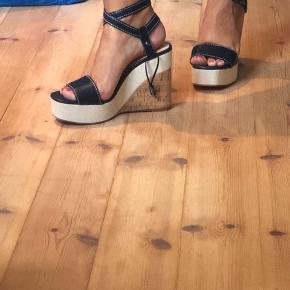 Fede sandaler med plateau. Ikke brugt kun prøvet. Kom gerne med et bud :) Ps. Køber betaler fragt.