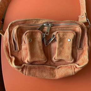 Smuk taske fra Nunoo i farven peach 🍑 brugt men pæn, har dog hurtigt fået lidt forskellige farver på for- og bagside. Lang rem medfølger. Mål: L: 24 x H: 16 x D: 10 cm 🐚🌷 Modellen hedder Ellie   Bemærk - afhentes ved Harald Jensens plads eller sendes med dao. Bytter ikke 💘   ♻️ Taske crossbody fløjl ellie nunoo núnoo   #30dayssellout