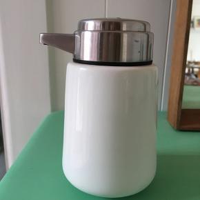 Sæbedispensor fra Vipp. Har en enkelt ridse og kalk i bunden. Køber betaler fragt.