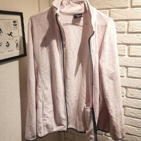 Sælger denne fine lyserøde fleece trøje fra On The Peak i str. XL. Den er brugt en smule og brugsspor kan forekomme.