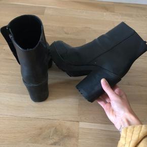 Sorte fake skinn-boots fra H&M divided. Lite brukt - normal i størrelsen. Helen er tykk, og lager ikke lyd 👻