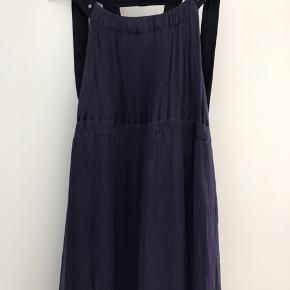 Flot kjole i mørkelilla silke med sorte satinbånd. Brugt 1 gang - fejler intet