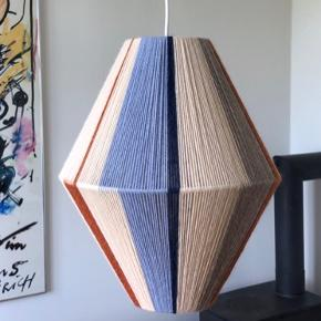 Håndlavet loftslampe af garn og genbrugslampeskærme. Laves på bestilling, så farvekombinationen kan delvist selv vælges. Kan laves både som loftslampe som denne og som bordlampe (se anden annonce Prisen afhænger af størrelsen, men en lampe som denne, der måler ca. 40x30 cm koster 1500kr inkl. fatning.