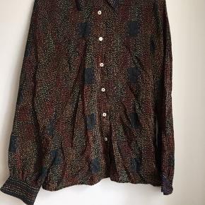Vintage italiensk skjorte, muligvis silkeblend. Fin stand. Stryges inden afsending/afhentning.