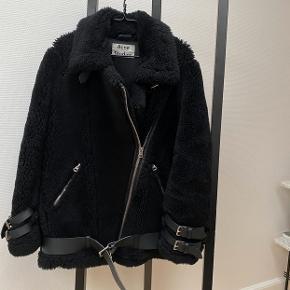 Acne Studios jakke i lammeuld og skind. Brugt enkelte gange. Ingen bytte.