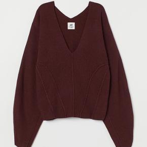 OBS. Billedet er lånt af H&M's hjemmeside, sweateren på billede 1 er IKKE den jeg har til salg. De minder bare rigtig meget om hinanden, pånær syningerne der ses på trøjen på billede 1✨