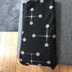 Charles & Ray Eames Tæppe Eames Wool Blanket Vitra 200 x 135 cm Ny pris: 3.199,- Pris: 2.800,- aldrig brugt, kun ligget til pynt. Har fået det i gave, men aldrig brugt det.