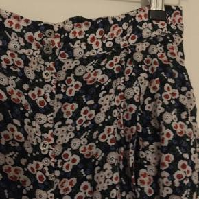 Blomster nederdel med knappe detaljer og lommer brugt ganske få gange