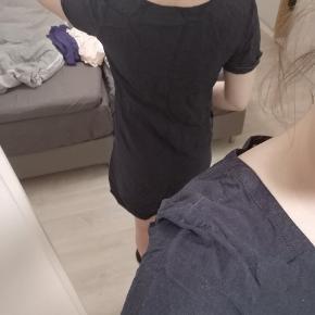 Sælger denne fine kjole/bluse med knapper foran i str. M fra Fransa. Den har hængt i solen og har mistet farven på bla skuldrene.
