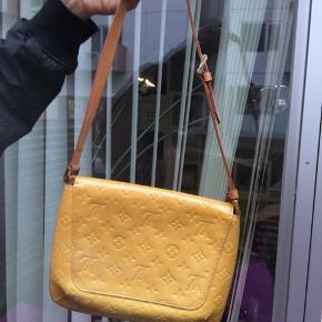 Louis Vuitton taske i ok stand, har lidt markeringer på den ene side af tasken