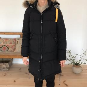 Sort Parajumpers - Model Long Bear str. M Købt i 2015 i Tiffany i Aalborg   Den fremstår i yders flot stand. Brugt et par sæsoner, men sparsomt i sidste vintersæson    Nypris 7400 kr  Jakken kan prøves i Skagen eller Hjørring og ved aftale fragtes til Aarhus 😊
