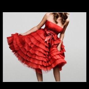 Brand: Ole Yde Varetype: Haute Couture Farve: Rød Oprindelig købspris: 10000 kr.  Gallakjole, Ole Yde, str. M, Postkasse rød, Silke & tyl, Ubrugt  Fantastisk haute couture kjole fra den kendte designer Ole Yde.  brugt en enkelt gang og fremstår som ny.  Den blev fremstillet til AIDS foundation.  Pris 10.000kr.  Str M, måler 90cm over brystet og 70cm i livet.  Der findes så vidt jeg ved kun denne ene kjole.