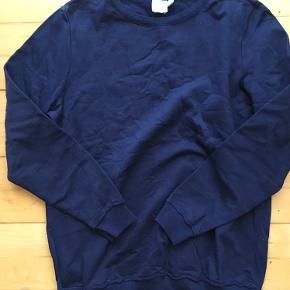 Brystvidden: 98cm  Dejlig sweater/sweatshirt fra ASOS🌸 I mørkeblå🌸 Blusen har kun været brugt en gang🌸🛍