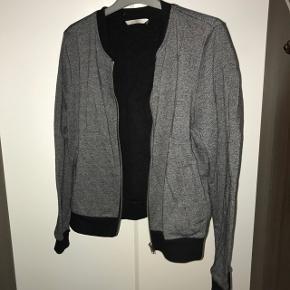 Bomber jakke i grå op sort. Størrelse s/m