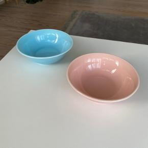 Sælger to fine skåle fra Hay i lyseblå og lyserød. Uden skrammer og skår og fremstår derfor helt nye.