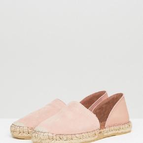 Smukke espadriller i sart lyserød/rosa fra Pieces i ruskind og læder. Aldrig brugt da de desværre er for små til mig. Købt fra Asos til 308 kr. Giv et gerne et bud!