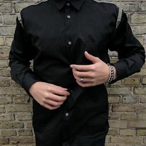 Sælger denne skjorte fra Comme Des Garcons, som man ikke ser ofte. Den er købt i Støy Munkhom for 2100kr for nogle år tilbage. Np: 2100kr Mp: 550kr Bin: 800kr Str: M (fitter mig på 178 cm) Cond: 8/10  Tager også imod trades. Kan både mødes eller sende.