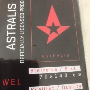 Nyt håndklæde/ badehåndklæde med Astralis. Kan hentes i Esbjerg eller sendes med DAO for 38kr