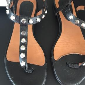 Skoen er brugt igennem 1 måneds tid Super flot stand  Eneste er at skindet under foden på den ene sko er rullet en smule Det kan en skomager klare med lidt lim til en 50'er Derfor den billige pris  Nyprisen var 1100