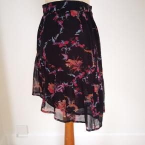 Iro sød nederdel, kortere foran str 34 men elastisk talje og løs model, derfor kan passe en str 36 også. Næsten ny og købspris 1600 kr.