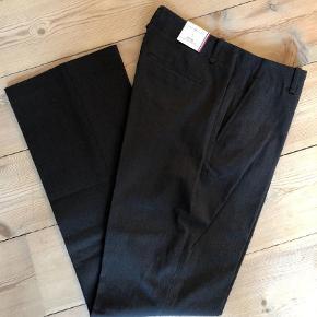 Varetype: Bukser Størrelse: 6 & 8 Farve: Koksgrå  2 par bukser - str 6 og str 8.  Super lækre bukser i bomuld/polyester med stretch.  Bytter ikke