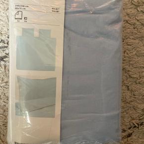 Lyseblåt ängslilja dobbelt sengesæt / sengetøj fra IKEA. Passer til dobbeltdyne på 240x220 og to hovedpudebetræk 60X70. 100% bomuld.  Kan hentes på Nørrebro i København eller køber betaler fragt.