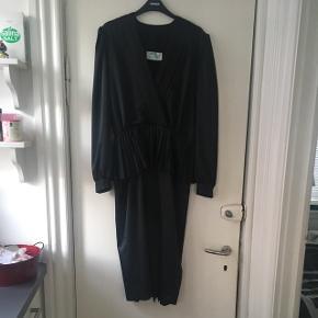 Flot sort vintage kjole str 40. Standen er perfekt. Kjolen må være fra 80'erne.