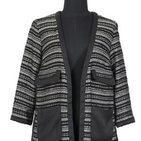 Varetype: blazer Farve: sort og guld Oprindelig købspris: 2700 kr. Kvittering haves.  Super smuk jakke, har været på 1 time, så tillader mig at skrive den er som ny.  Bytter ikke