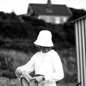 Sælger denne Aiayu bøllehat i hvid. Den er aldrig brugt og fejler derfor intet. Np: 400kr Mp: 180kr