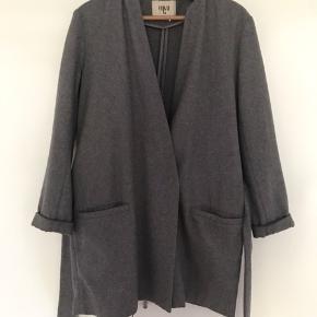 Envii jakke været brugt et par gange. Passer mange størrelser, da den har bindebånd.