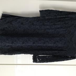 Sød blonde kjole i str. 12 år med  stræk. Marineblå