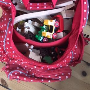 En hel taske fyldt med brio togbane.  Der er en del!