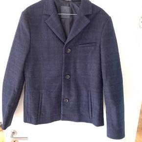 Aldrig brugt. Utrolig lækker og flot kort frakke. Nypris 2300kr sælges så billigt, da den ikke passer.