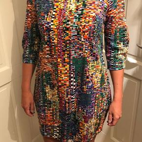 Marimekko kjole i meget fin stand. Lavet i stretchy stof og har to indsyede lommer. Super skønne farver. Str. 38.
