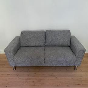 Sælges grundet flytning. Intet synligt slid, så sofaen er i meget fin stand.  Nypris: 6500 kr.  Mål: Dybde: 85 cm Bredde: 162 cm