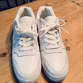 Fede Nike SB i kridhvid og spritnye. UK 10, str 45 (kan også bruges af 44,5). Emnetag: Nike, Adidas, Sneakers
