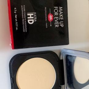 Make up for ever- microfinishing pressed powder i farven banana 02  Np 310,-  Aldrig brugt!  Mp 130